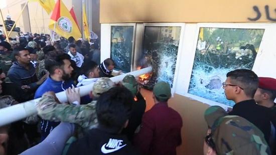 Через сутки после американских ударов толпа протестующих в Багдаде пошла на штурм американского посольства.