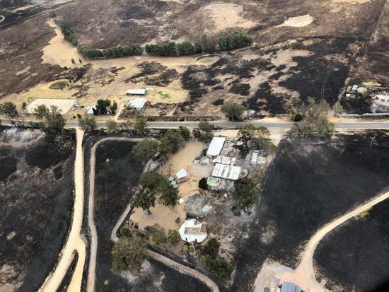 Вид сверху показывает последствия лесных пожаров в Бэрнсдейле, штат Виктория