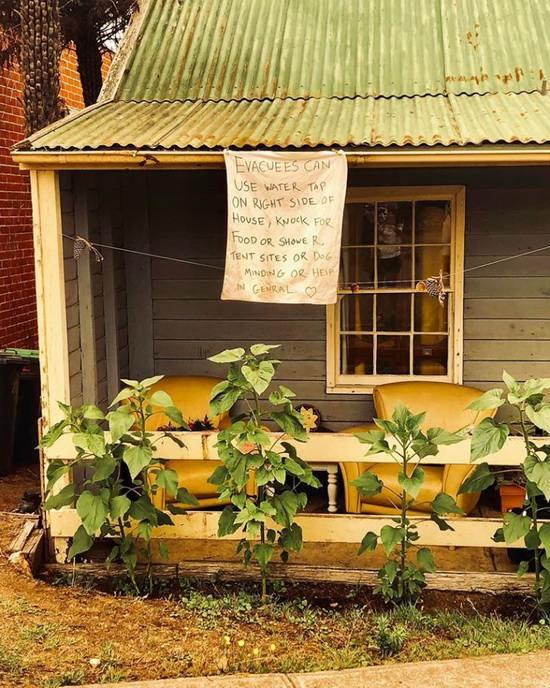 Вывеска в городе Памбула, штат Новый Южный Уэльс, приглашает «эвакуированных» прийти за едой, принять душ или просто за помощью