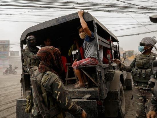 Эвакуация жителей в Лемери, город Батангас, Филиппины, 13 января 2020 года.