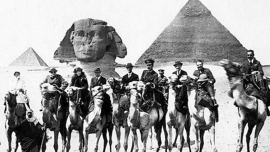 В 1921 Уинстон Черчилль (здесь слева рядом с ней) в переформатировании нового Ближнего Востока опирался прежде всего на рекомендации Белл.