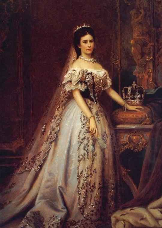 Одной из тех, кто изменил историю и ввел в моду стройную фигуру была австрийская императрица Елизавета (или как ее прозвали в народе Сисси).