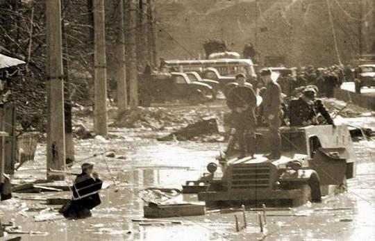13 марта 1961 года в 6:45 началось разрушение дамбы в Бабьем Яру, в которую еще с 1952-го сливались сточные воды (пульпа) с местных кирпичных заводов.