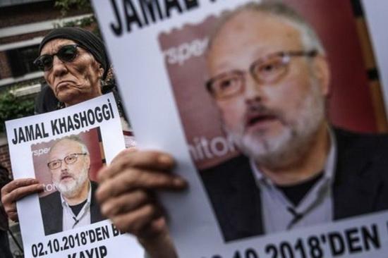 The Guardian предполагает, что материалы могли попасть в таблоид в качестве мести, после того как принадлежащая Безосу газета The Washington Post активно освещала убийство оппозиционного саудовского журналиста Джамаля Хашогги.