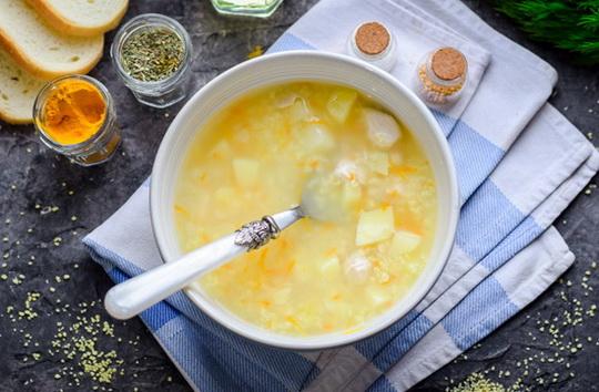 Вкусный и питательный куриный суп с пшеном – блюдо, которое просто идеально подойдет в качестве обеда для всей семьи.