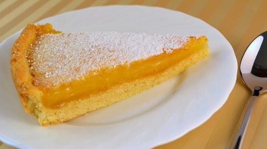 После выпекания, обрезаем края, разрезаем лимонник на квадратики и посыпаем сахарной пудрой.