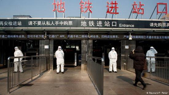 В Китае тем временем вводятся беспрецедентно жесткие меры для борьбы с распространением вируса 2019-nCov.