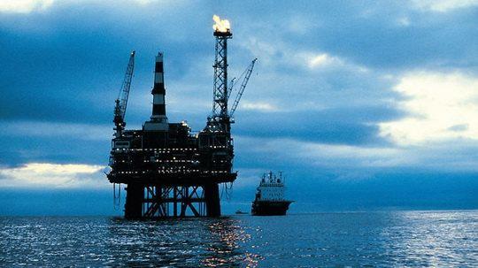 Вместе с нефтью из скважин выходит горючий газ — смесь летучих углеводородов, которые на глубине под высоким давлением были растворены в нефти.