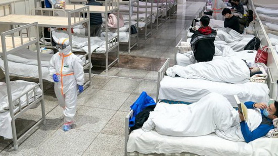 Построенный за десять дней полевой госпиталь в Ухане принимает пациентов с понедельника, но мест для всех все равно не хватает