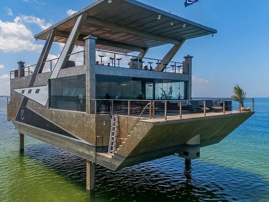 У яхты есть «гидравлические ноги» длиной 5,4 м, которые могут удерживать ее над водой, что создает впечатление как будто она плывет