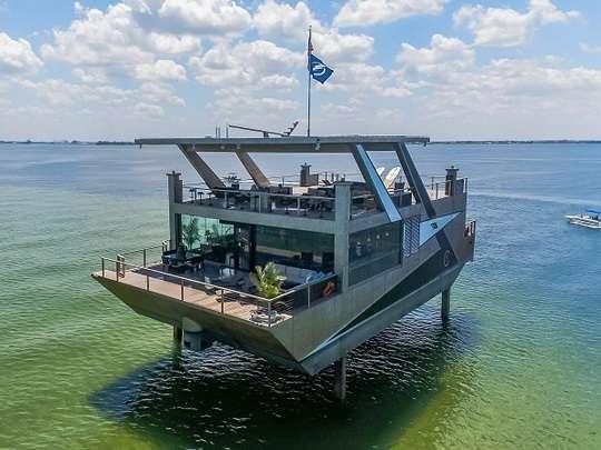 Судно под названием Mansion Yacht (яхта-особняк) было представлено в октябре на 60-й Ежегодной международной выставке лодок в Форт-Лодердейле
