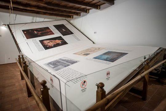 Самая большая в мире книга ручной работы была завершена в 2010 году отцом и сыном Бела Варга и Габором Варгой, двумя мастерами.