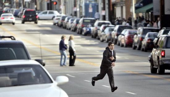 """В последнее время борьба с джейвокингом усилилась во всех регионах Америки, так как пешеходы в буквальном смысле """"лезут под колёса""""."""