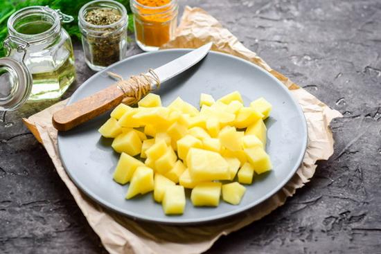 Картофель нарезать средними по размеру кусочками.