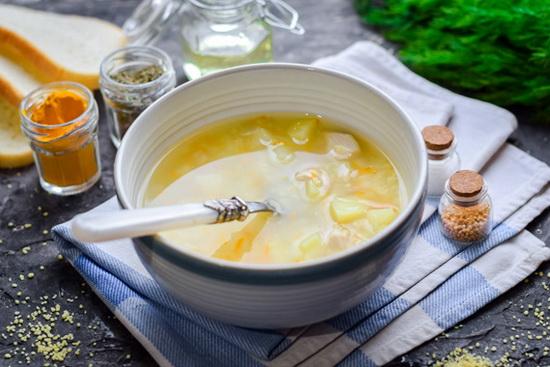 Готовый суп разлить по тарелкам и подавать к столу.