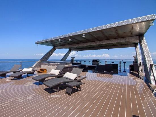 На передней палубе есть развлекательная зона площадью 150 кв. м и смотровая площадка площадью 300 кв. м