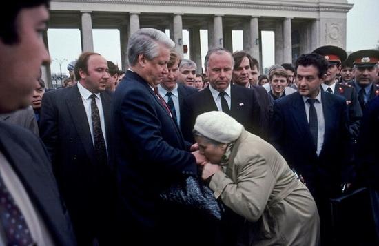 Бабушка целует руку Борису Ельцину, 1993 год