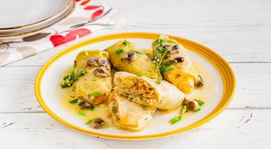 Постные голубцы с грибами и перловкой нравятся не только тем, кто строго соблюдает православные традиции, или вегетарианцам, но и даже самым убежденным мясоедам.