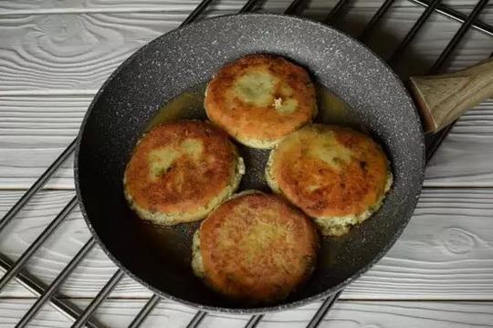 Жарим на сковороде в растительном масле с обеих сторон — до образования аппетитной румяной корочки.