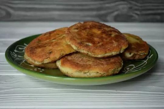 Пряные сырники подаем к столу горячими или холодными.