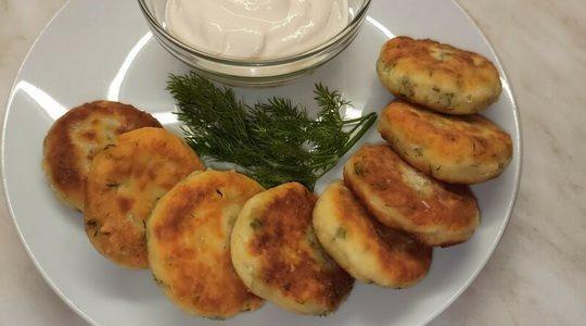 Готовим сырники с зеленью и чесноком — получаем невероятно вкусное и полезное блюдо.
