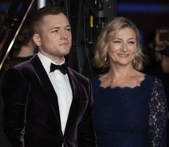 Тарон Эджертон с матерью Кристин Эджертон