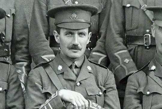 Британский капитан Кэмпбелл, находясь в лагере для военнопленных во время Первой Мировой войны, узнал о том, что его мать умирает от рака.