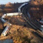 В Китае из-за оползня сошел с рельсов пассажирский поезд