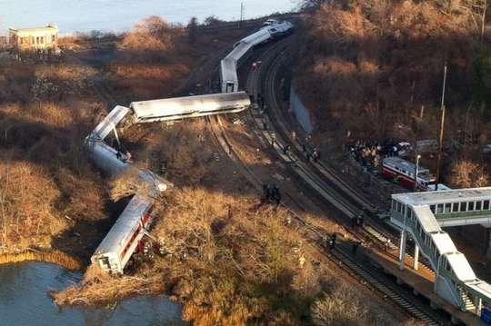 В китайской провинции Хунань сошел с рельсов пассажирский поезд.