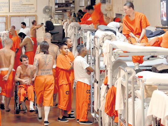 В тюрьмах по всей стране уже ввели ряд ограничений: запретили посещения, ограничили передвижение заключенных и проверяют персонал.