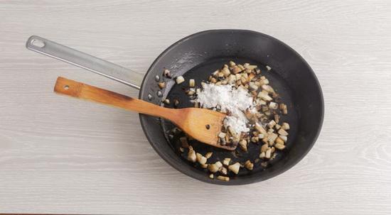 Приготовьте соус для постных голубцов с перловкой.