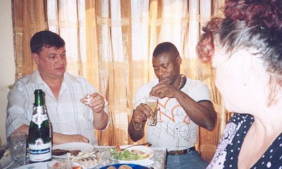 """Лидер читинской ОПГ """"Ключевские"""" Евгений Жаров, предпочитающий водку, с неодобрением смотрит на африканца, размешивающего шампанское"""