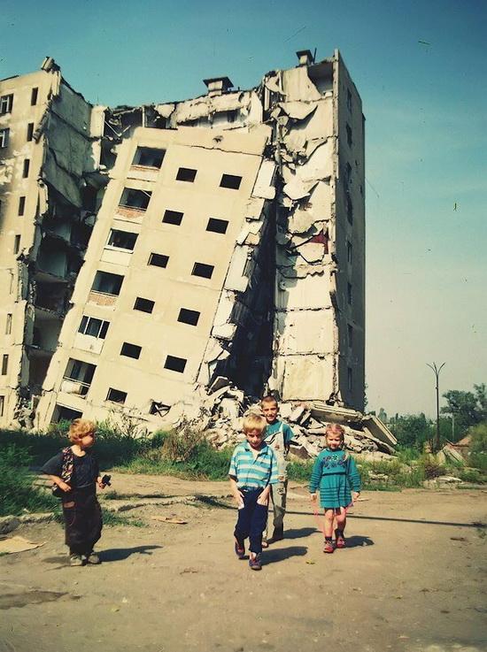 Дети гуляют по Чечне в период военных действий, 1995 год