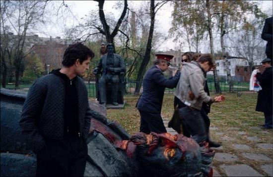 Милиционеры уводят осквернителя памятника Феликсу Дзержинскому, 1991 год
