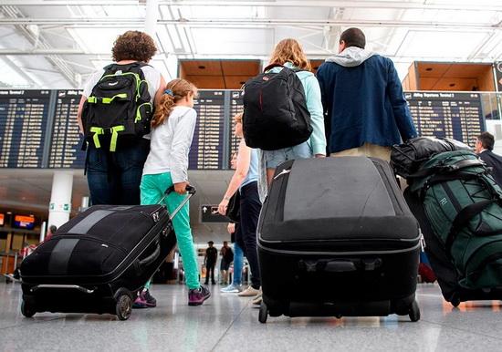 """Российские авиакомпании продолжат вывоз граждан РФ из-за рубежа. В частности, """"Аэрофлот"""" сообщал, что планирует продолжить вывоз россиян из-за границы чартерными рейсами. Рейсами авиакомпании с 14 по 25 марта в Россию были возвращены более 52 тысяч человек."""