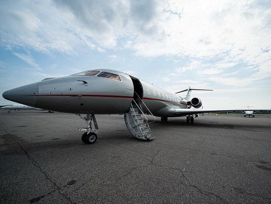 VistaJet основал в 2013 году отец Флоры, и компания была ориентирована на богатых людей по всему миру. Цена часового полета оставляет 15 000 долларов