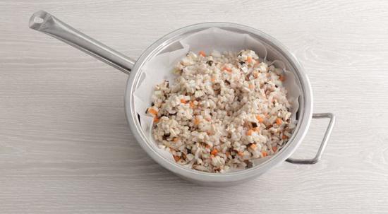 Овощи и грибы перемешайте с перловкой и выложите в емкость для пароварки.