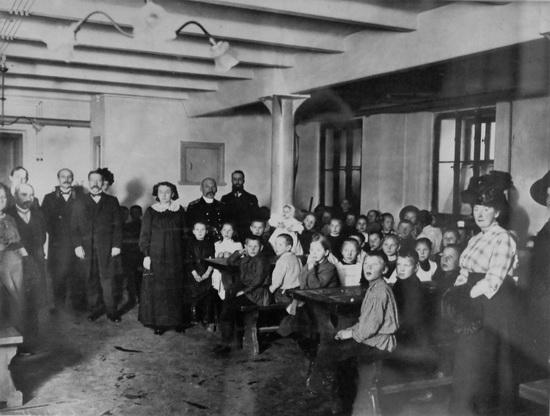 Дети в обеденном зале в день открытия бесплатной столовой (1902)