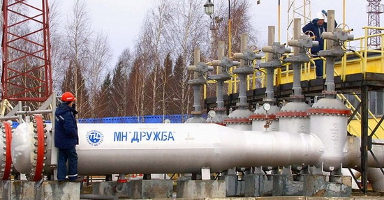 В минувшем году основными поставщиками сырья в Беларусь были «Роснефть» — 8,8 млн тонн (с учетом «Башнефти»), «Лукойл» — 2,8 млн, «Сургутнефтегаз» — 2,6 млн, «Газпром нефть» — 1,64 млн и «Татнефть» — 1,15 млн. На долю независимых нефтяных компаний приходилось менее 1 млн тонн.