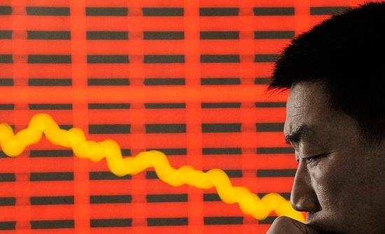 Как отмечается в распространенном на пресс-конференции докладе, ВВП страны за три месяца составил 20,65 трлн юаней (примерно $2,92 трлн по текущему курсу). Аграрный сектор за указанный период сократился на 3,2%, до 1,02 трлн юаней (около $142,82 млрд), промышленность - на 9,6%, до 7,36 трлн юаней ($1,04 трлн), сфера услуг - на 5,2%, до 12,27 трлн юаней ($1,73 трлн).