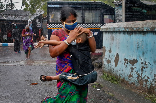 Индия и Бангладеш эвакуировали из потенциально опасных районов более 2 млн человек