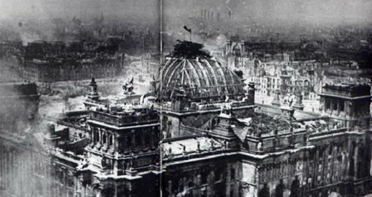 Одна из самых известных фотографий Великой Отечественной войны сделана 1 мая 1945 года — на ней запечатлено развевающееся над Рейхстагом знамя Победы.