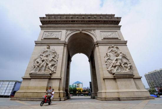 Триумфальная арка высотой более 10 метров в Jiangyan