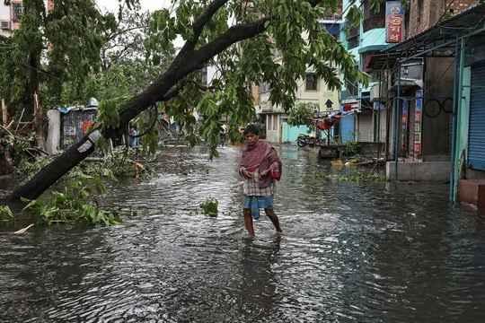 """Мощный циклон """"Амфан"""", сформировавшийся в Бенгальском заливе, обрушился на Восточную Индию и Бангладеш"""