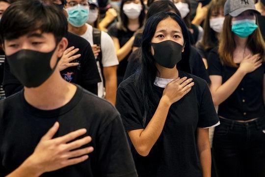 Полиция Гонконга задержала 230 человек, участвовавших в антиправительственных акциях протеста, возобновившихся в стране, сообщает агентство Reuters.