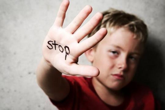 Согласно данным National Domestic Violence Hotline, в разгар эпидемии коронавируса в Соединённых Штатах резко выросло количество случаев жестокого обращения с детьми (Child Abuse).