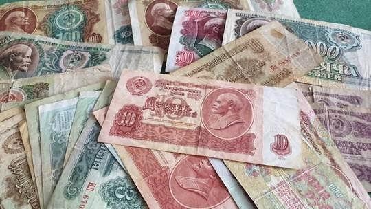 Советского Союза уже нет, а курс тогдашнего рубля есть. Конечно, все дело в долгах, которые одним Минфин выплачивает, а другим - прощает...