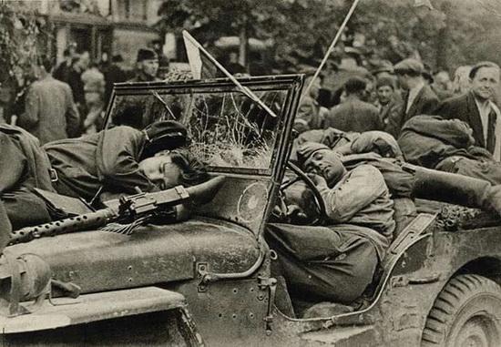Красноармейцы, спящие в американском внедорожнике Виллис. Прага, май 1945 года