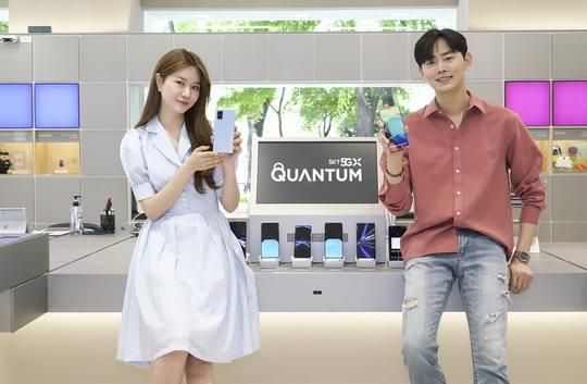 Компания Samsung и SK Telecom - крупнейший в Южной Корее сотовый оператор - представили первый в мире смартфон с подключением к высокоскоростным 5G-сетям, в котором применена технология квантового шифрования.