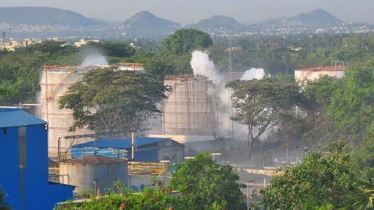 Не менее 11 человек погибли из-за утечки газа на химическом заводе LG Polymers рядом c индийским городом Вишакхапатнам.